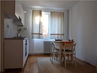 Apartament cu 3 camere, etaj 1, in Centru !