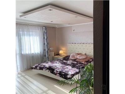 Apartament cu 3 camere mobilat si utlat modern cu loc de parcare inclus.